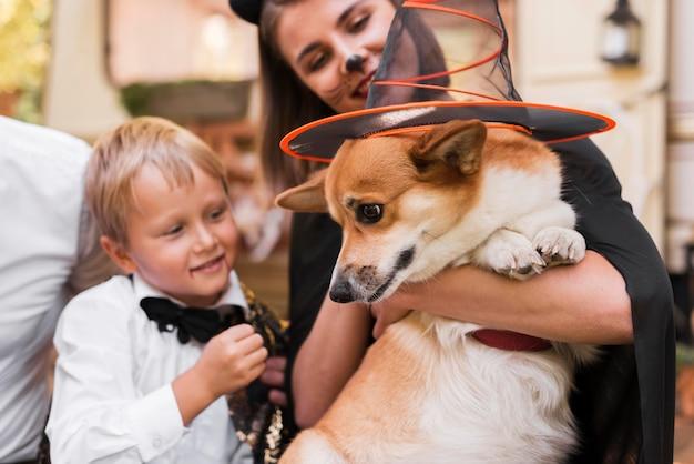 Семья крупным планом держит милую собаку