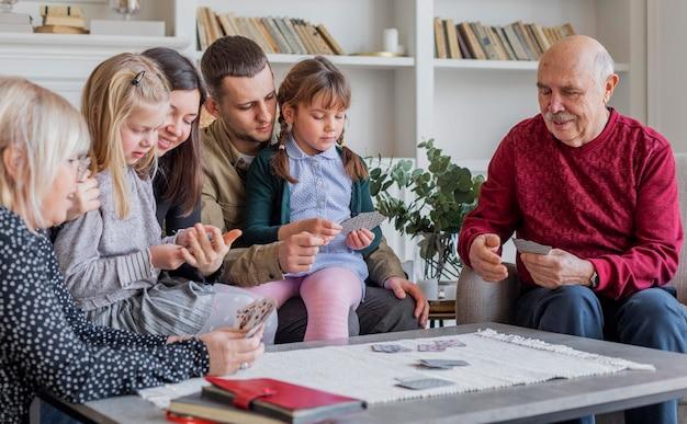 ゲームをしている家族をクローズアップ
