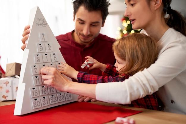Primo piano di famiglia con bambino a natale