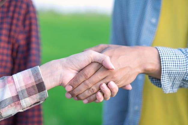 閉じる。緑の稲作農家での農家握手