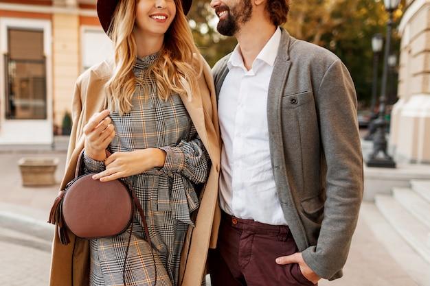 우아한 여자와 남자의 패션 세부 정보를 닫습니다. 트렌디 한 액세서리, 캐주얼 드레스 및 슈트. 유럽 도시에서 걷는 사랑에 몇입니다.