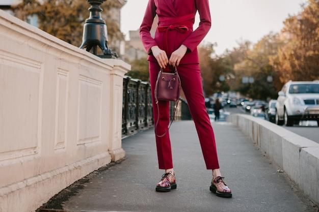 Chiudere i dettagli di moda della donna alla moda in vestito viola che cammina nella via della città, tendenza di moda primavera estate autunno stagione della holding della borsa
