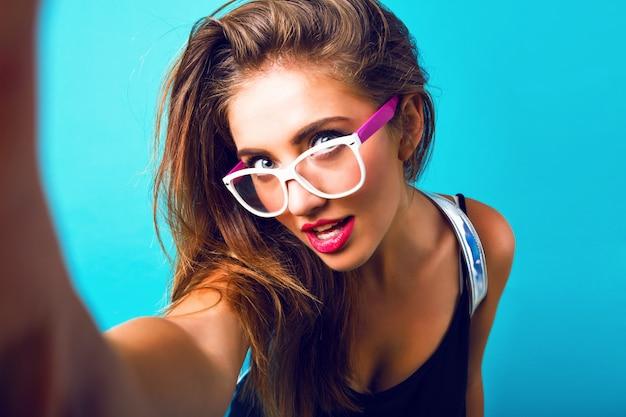 美しい女性、流行に敏感なビンテージサングラス、明るいメイク、完全な唇のファッションポートレートを閉じます