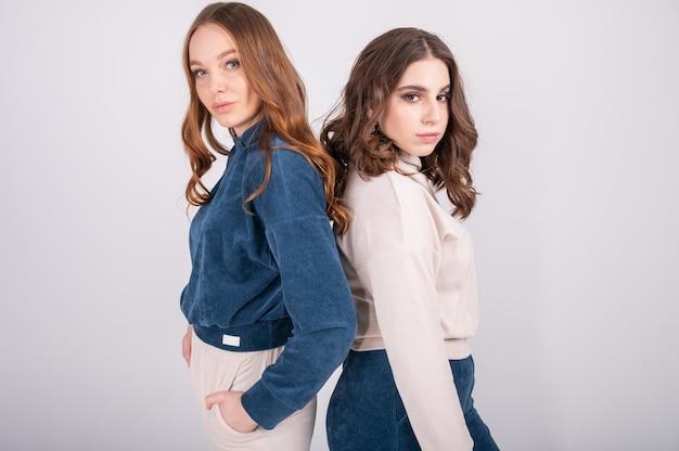 Крупным планом портрет моды двух девушек, позирующих