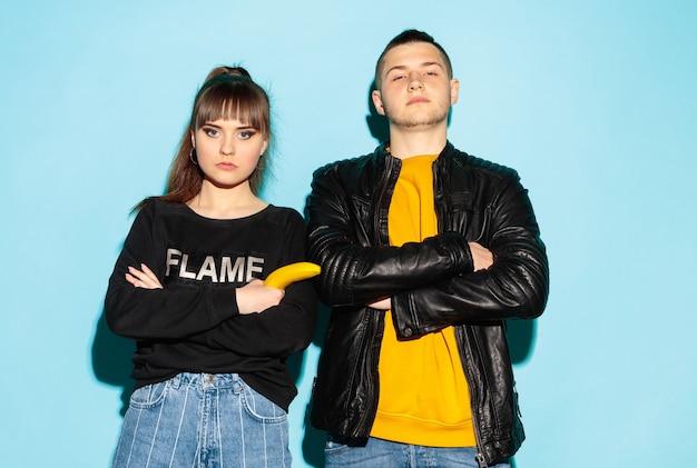 두 젊은 멋진 hipster 소녀와 소년 청바지 착용을 입고 패션 초상화를 닫습니다.
