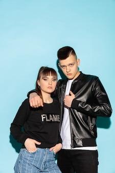 두 젊은 멋진 힙 스터 소녀와 청바지 착용을 입고 소년의 패션 초상화를 닫습니다
