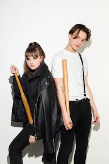 2人の若いかわいいヒップスターの10代のファッションの肖像画をクローズアップ