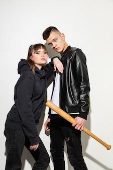 2人の若いかわいいヒップスターの十代の若者たちのファッションの肖像画をクローズアップ