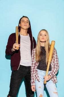 두 젊은 예쁜 hipster 청소년의 패션 초상화를 닫습니다