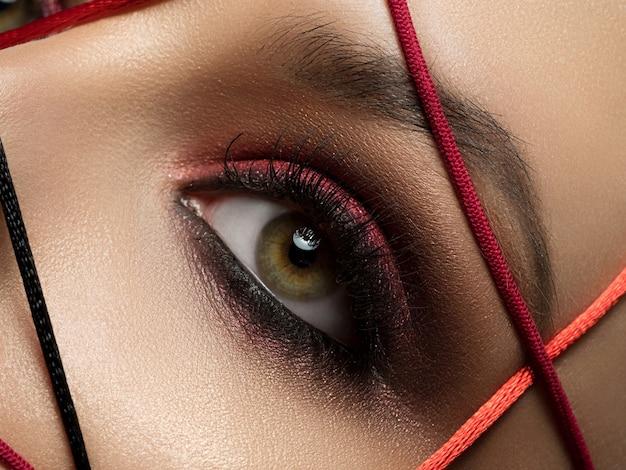 현대 유행 화장과 아름 다운 젊은 여자의 패션 초상화를 닫습니다