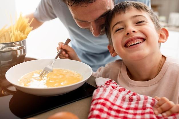 テーブルで父と子をクローズアップ