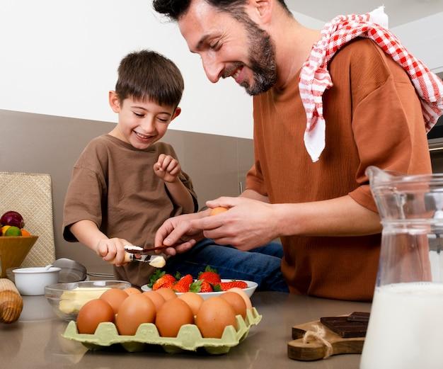 一緒に料理をしている父と子をクローズアップ