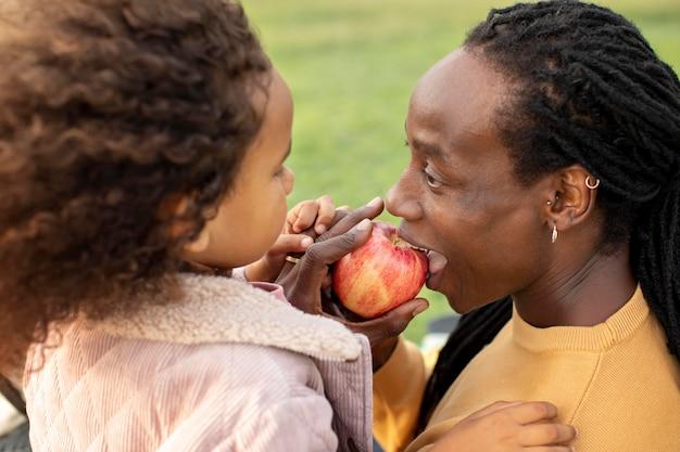 Primo piano padre che mangia mela