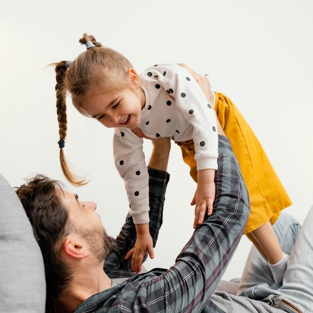 Padre e bambino del primo piano che si divertono