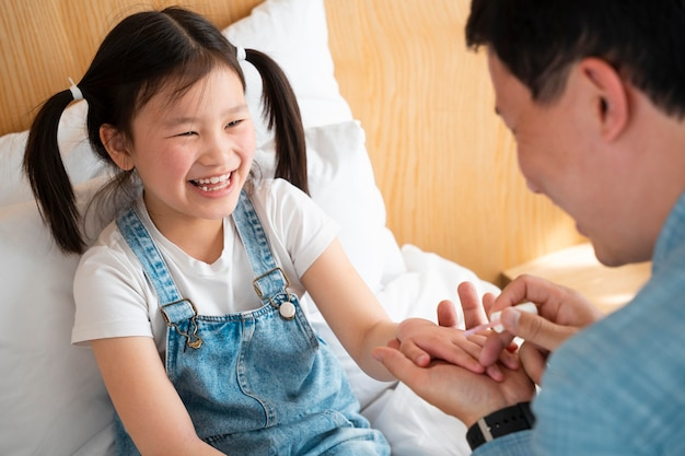 女の子の爪を塗る父親の接写