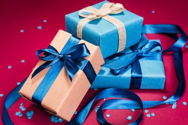 Подарки на день отца крупным планом на столе