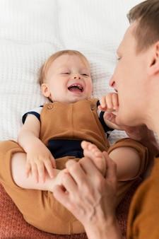 Крупным планом отец с улыбающимся ребенком