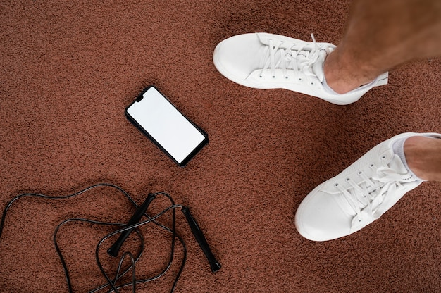 클로즈업 발과 지상의 스마트 폰