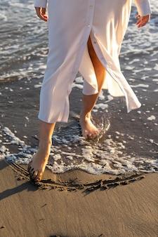 海辺で足をクローズアップ