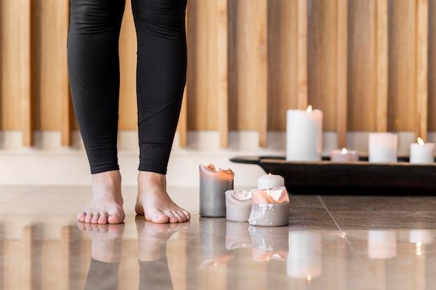 Primo piano piedi e candele Foto Gratuite