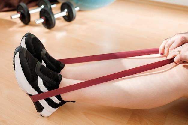 운동을하는 운동화에 여성 다리를 닫습니다