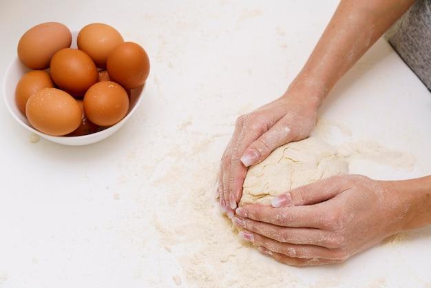 Pasta di fabbricazione femminile del primo piano