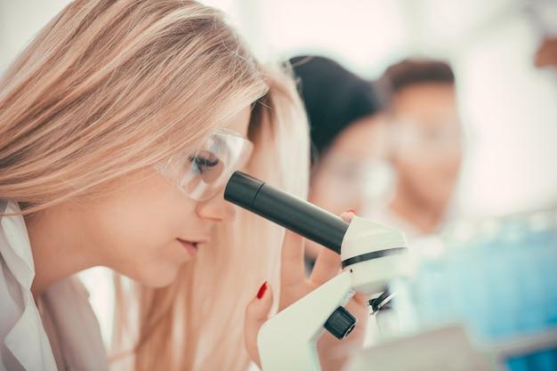 閉じる。コロナウイルスの特徴を研究している女性科学者。科学と健康
