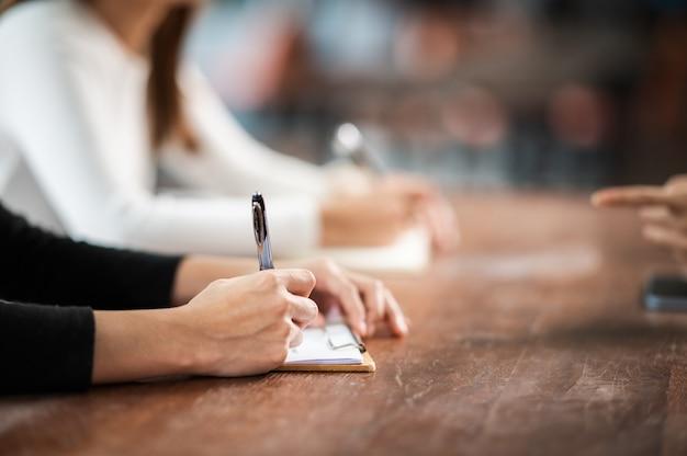 근접 여성 학생은 행 교육 라이프 스타일 대학 대학에 앉아 대학 교실 학생들에서 시험에 앉아