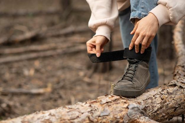 Lacci di scarpe leganti femminili del primo piano