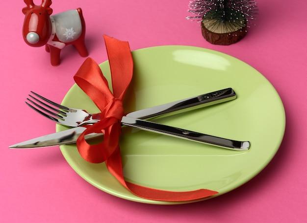 Закройте праздничные столовые приборы на столе