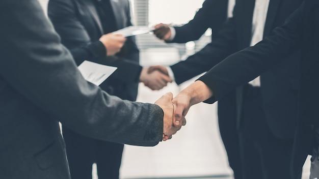 Закройте вверх. финансовые партнеры, пожимая руки. концепция сотрудничества