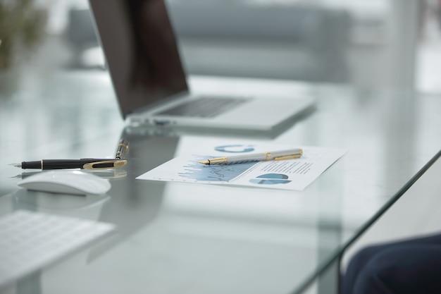 비즈니스 개념의 테이블에 있는 up.financial 일정 및 펜을 닫습니다.