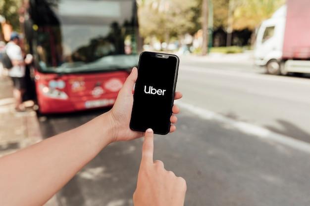 Крупным планом палец, указывающий на экран телефона
