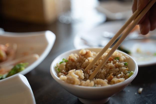 Закройте огонь рис в ресторане