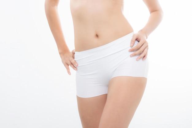 Крупным планом подходит женщина стройное тело женщины.