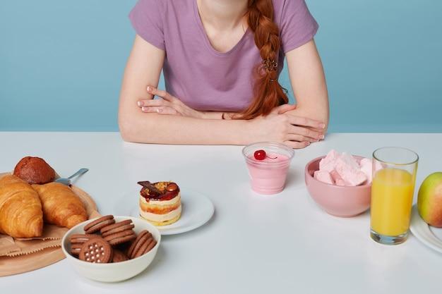 ベーキングとフレッシュフルーツジュースチェリーヨーグルトを置く白いキッチンテーブルのフラットレイをクローズアップ
