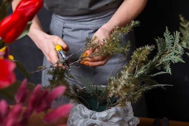 Крупным планом цветочные женщины резки поздний завтрак сосны