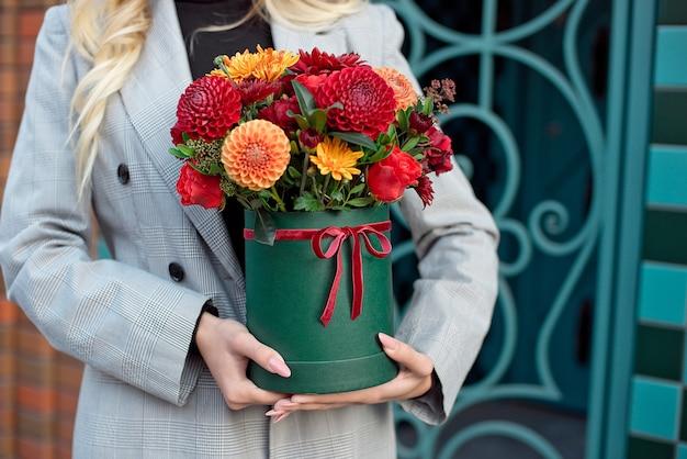 Крупный план цветочной коробки в руках женщины в качестве подарка на свадьбу