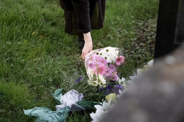 Fiori ravvicinati posti sulla tomba della persona amata