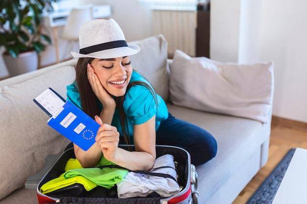 여권, 탑승권, 코로나 바이러스 음성 테스트를 들고 있는 여성의 손을 닫고, covid-19 전염병 동안 여행. 여름에 여행을 떠나야 할 때입니다. 여행 휴가 휴가 여행