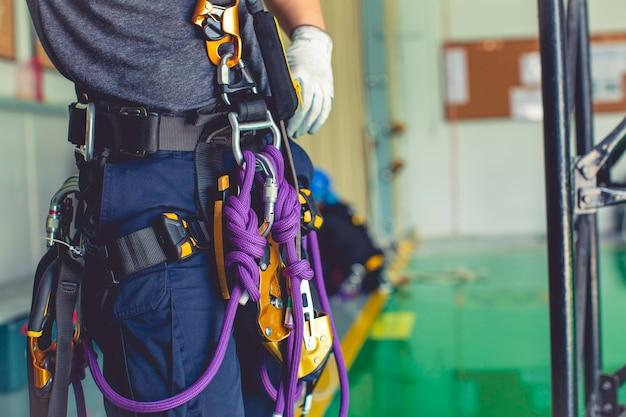 高所での作業におけるロープアクセスを訓練するクローズアップフォーカス機器