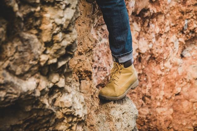 Close-up di piede su una roccia