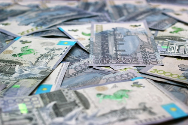 Крупным планом на фоне банкнот казахстана 20000 тенге