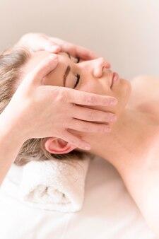 Massaggio frontale ravvicinato