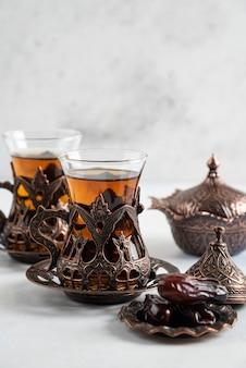 香りのよいお茶とナツメヤシをクローズアップ