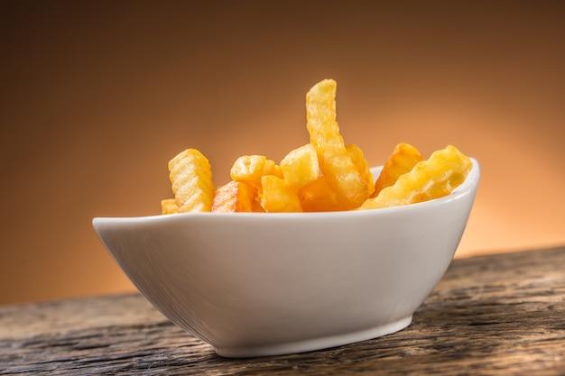 흰색 그릇에 근접 감자 튀김입니다.