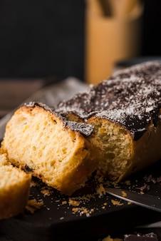 テーブルの上のクローズアップの新鮮なバナナのパン