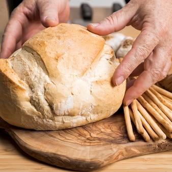 オーブンでクローズアップ焼きたてのパン