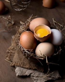 Макро свежие куриные яйца