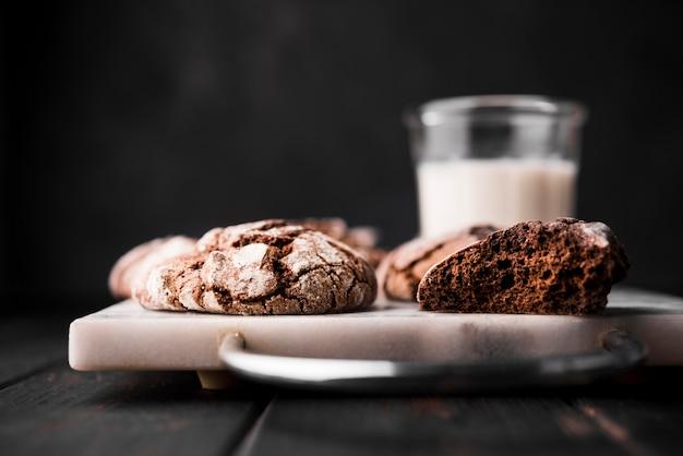 Biscotti freschi del cioccolato del primo piano pronti da servire